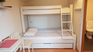 Ein Etagenbett oder Etagenbetten in einem Zimmer der Unterkunft Korskullens Stugor