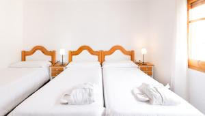 A bed or beds in a room at Hostal Trainera