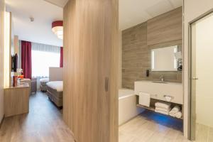 Salle de bains dans l'établissement Ramada The Hague Scheveningen