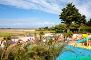 A view of the pool at Camping Les Peupliers or nearby