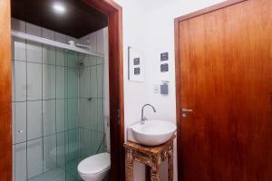A bathroom at Economy Apart