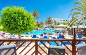 Uitzicht op het zwembad bij BlueBay Lanzarote of in de buurt