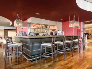 De lounge of bar bij Novotel Aachen City