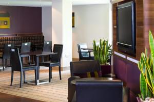 The lounge or bar area at Holiday Inn Express Stirling, an IHG Hotel