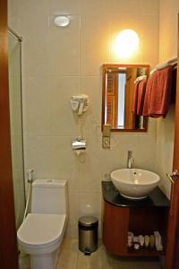 A bathroom at Manohara Resort