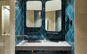 A bathroom at Hotel Indigo Berlin - East Side Gallery, an IHG Hotel