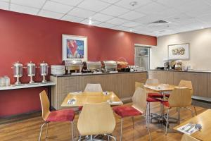 A restaurant or other place to eat at YEHS Hotel Melbourne CBD