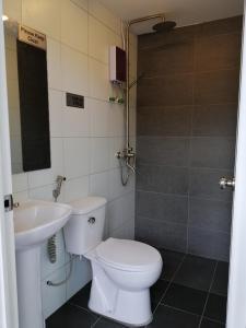 A bathroom at QING YUN BACKPACKER LODGE