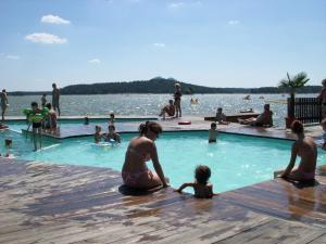 Bazén v ubytování Rezidence Fami Deluxe Design nebo v jeho okolí