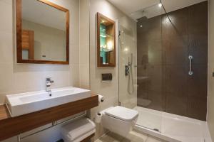 A bathroom at Hotel Indigo Edinburgh, an IHG Hotel