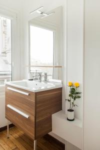 A bathroom at Mithouard Apartments