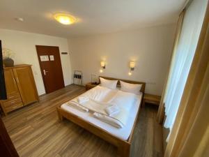 """Кровать или кровати в номере Bold´S Hotel-Restaurant """"Zum Grünen Kranz"""""""