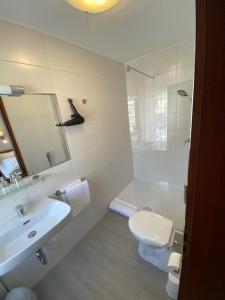 """Ванная комната в Bold´S Hotel-Restaurant """"Zum Grünen Kranz"""""""