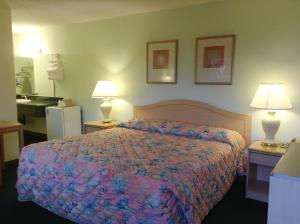 A bed or beds in a room at Seahorse Inn