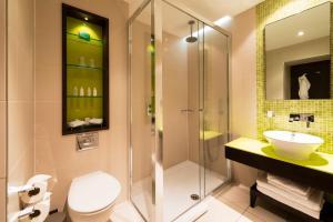 A bathroom at Hotel Indigo London Hyde Park Paddington, an IHG Hotel