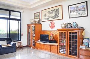 A television and/or entertainment center at Kaohsiung Meinong Rabbit Paul Homestay B&B