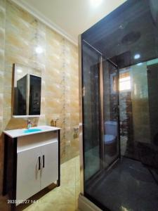 A bathroom at Alim Royal Hotel and Suite
