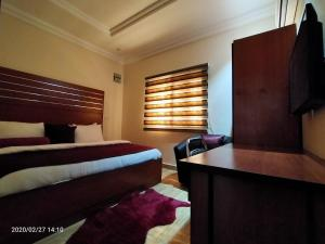 A bed or beds in a room at Alim Royal Hotel and Suite