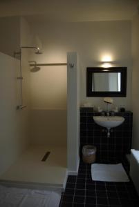 A bathroom at B&B Huyze Weyne