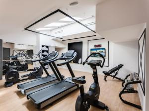 Centrum fitness w obiekcie Hotel Indigo Warsaw Nowy Świat, an IHG Hotel