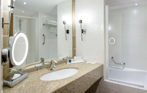 A bathroom at Radisson Blu Hotel Marseille Vieux Port