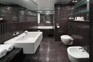 A bathroom at Radisson Blu Hotel Olümpia