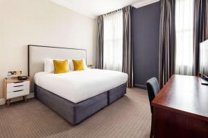 Cama ou camas em um quarto em Radisson Blu Edwardian Vanderbilt Hotel, London