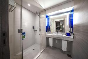 حمام في بارك إن راديسون أبو ظبي- جزيرة ياس