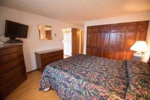 A bed or beds in a room at Windsong Guest Apartments