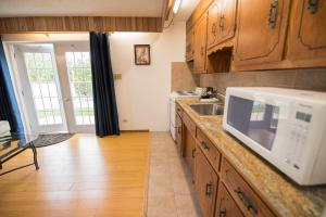 A kitchen or kitchenette at Windsong Guest Apartments