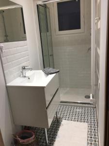 A bathroom at Superbe maison au pied du lac