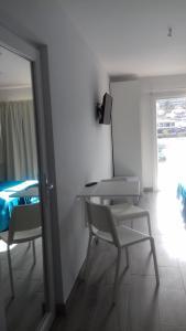 Een TV en/of entertainmentcenter bij Apartamentos Pez Azul