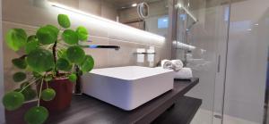 A bathroom at Hotel Cardiff