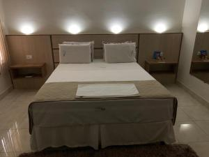 A bed or beds in a room at Hotel Arlen