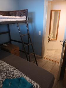 Двухъярусная кровать или двухъярусные кровати в номере Malvik