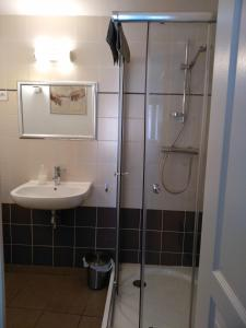 A bathroom at Les volets bleus Vieux-Port