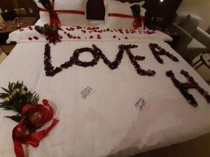 Cama ou camas em um quarto em Qasr Alshamal Hotel