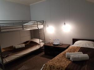 Łóżko lub łóżka piętrowe w pokoju w obiekcie Pokoje Bakos Radocza