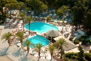 Widok na basen w obiekcie Rodos Palace Hotel lub jego pobliżu