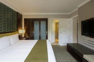 A bed or beds in a room at Holiday Inn Singapore Orchard City Centre, an IHG Hotel