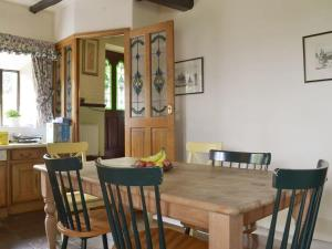 A restaurant or other place to eat at Wisteria Cottage - UK11933