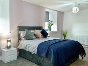 A bed or beds in a room at Kirkview