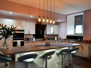 A kitchen or kitchenette at Kirkview