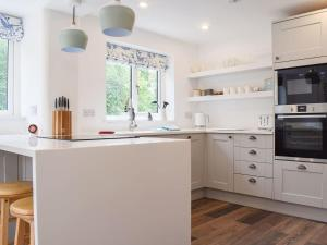A kitchen or kitchenette at Polly's Cottage