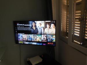 A television and/or entertainment centre at 2 pieces en plein coeur de Marseille