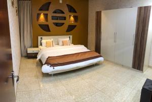 Cama ou camas em um quarto em شاليه الالماسي شاليهات كمبينسكي بريدة