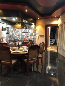 Um restaurante ou outro lugar para comer em شاليه الالماسي شاليهات كمبينسكي بريدة