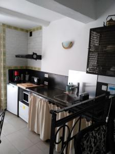 A kitchen or kitchenette at Les volets bleus Vieux-Port