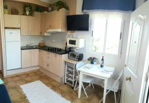 A kitchen or kitchenette at Alojamiento El Altet Playa