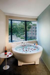 Ein Badezimmer in der Unterkunft D'Hotel Singapore